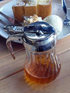 stockvault-honey-pot-with-dessert174385